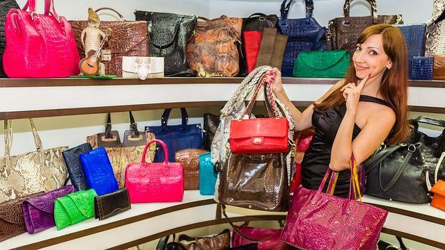 Mujer con muchos bolsos